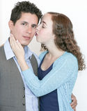 Mädchen, das Kerl küsst Lizenzfreies Stockbild