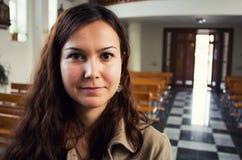 Mädchen, das in Kirche wartet Lizenzfreie Stockfotos