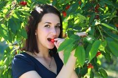 Mädchen, das Kirsche isst Stockbild