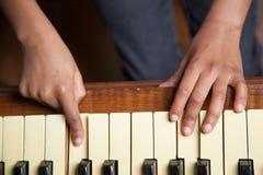 Mädchen, das Klavier spielt Stockfoto
