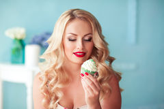 Mädchen, das kleinen Kuchen im Raum hält Stockbild
