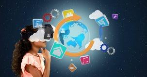 Mädchen, das Kopfhörer der virtuellen Realität mit digital erzeugten Ikonen 4k verwendet stock video