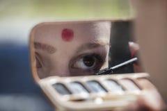 Mädchen, das Kosmetik aufträgt Lizenzfreies Stockbild