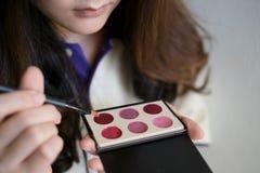 Mädchen, das Kosmetik verwendet Lizenzfreie Stockfotos