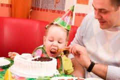 Mädchen, das Kuchen isst lizenzfreie stockbilder