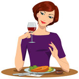 Mädchen, das Lachssteak isst und Rotwein trinkt Stockfoto