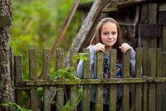 Mädchen, das landwirtschaftlichen Zaun der nahen Weinlese steht Lizenzfreie Stockbilder