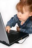 Mädchen, das Laptop verwendet. Lizenzfreie Stockfotos