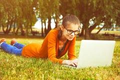 Mädchen, das Laptop verwendet Stockbild