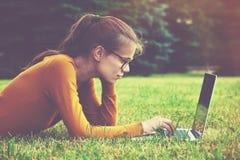Mädchen, das Laptop verwendet Stockfotos