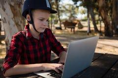 Mädchen, das Laptop verwendet stockfoto