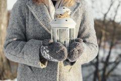 Mädchen, das Laterne mit einer brennenden Kerze nach innen hält Lizenzfreies Stockbild
