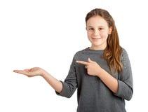 Mädchen, das leeren Kopienraum hält Lizenzfreie Stockfotos