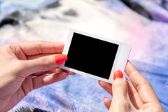 Mädchen, das leeres sofortiges Foto hält Stockbilder