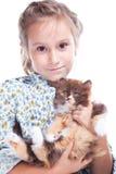 Mädchen, das leicht Schildkröte Briten-Kätzchen umfaßt Stockfotos