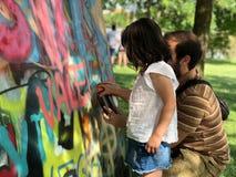 Mädchen, das lernt, Graffiti zu machen stockfotografie