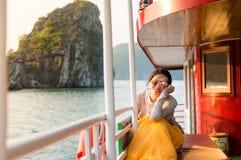 Mädchen, das letzten Sonnenschein auf einem Kreuzfahrtboot genießt stockfoto