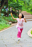 Mädchen, das Luftblase spielt stockbild