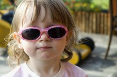 Mädchen, das lustige Sonnenbrillen trägt Stockfotografie