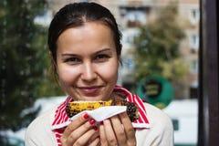Mädchen, das Mais isst Stockfotos