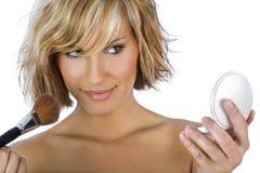 Mädchen, das Make-up anwendet Lizenzfreies Stockbild