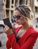 Mädchen, das Make-up auf der Straße tut Lizenzfreies Stockfoto