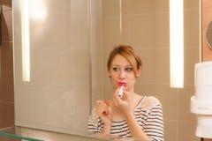 Mädchen, das Make-up setzt Stockfoto