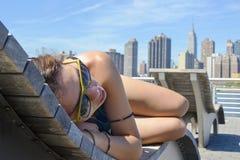 Mädchen, das Manhattan-Ansicht genießt lizenzfreie stockbilder