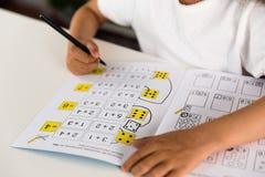 Mädchen, das Matheübung tut Stockfotos