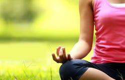 Mädchen, das Meditation auf dem Strand tut Stockfoto