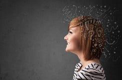 Mädchen, das mit abstrakten Ikonen auf ihrem Kopf denkt Lizenzfreie Stockbilder