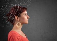 Mädchen, das mit abstrakten Ikonen auf ihrem Kopf denkt Stockfoto