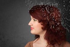 Mädchen, das mit abstrakten Ikonen auf ihrem Kopf denkt Stockbild