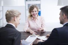 Mädchen, das mit Arbeitgebern spricht lizenzfreies stockfoto