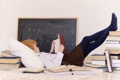 Mädchen, das mit Büchern sich entspannt lizenzfreies stockfoto