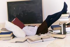 Mädchen, das mit Büchern sich entspannt Lizenzfreie Stockfotografie