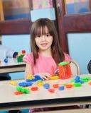 Mädchen, das mit Bau-Blöcken in der Vorschule spielt Lizenzfreies Stockbild