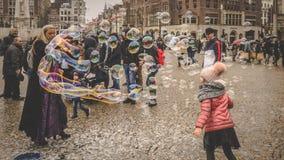 Mädchen, das mit Blasen in Amsterdam spielt stockfotografie