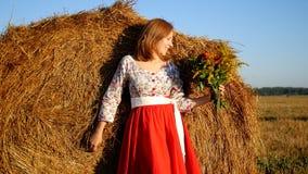 Mädchen, das mit Blumenstrauß von Blumen aufwirft Lizenzfreie Stockbilder
