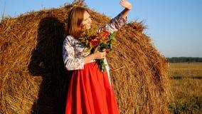 Mädchen, das mit Blumenstrauß von Blumen aufwirft Lizenzfreies Stockfoto