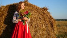 Mädchen, das mit Blumenstrauß von Blumen aufwirft Stockfotografie