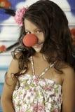 Mädchen, das mit Clownwekzeugspritze lächelt Lizenzfreie Stockfotos