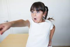 Mädchen, das mit dem Finger zeigt lizenzfreie stockbilder