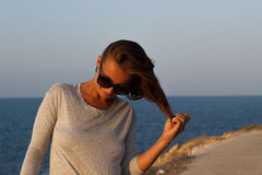 Mädchen, das mit dem Haar auf Strand spielt Stockfotos