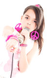 Mädchen, das mit dem Mikrofon zeigt auf Sie singt Stockfotografie