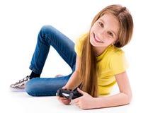 Mädchen, das mit dem Steuerknüppel, ermüdet vom Spielen von Spielen liegt stockbild