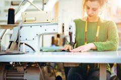 Mädchen, das mit der Nähmaschine arbeitet Lizenzfreies Stockbild