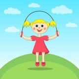 Mädchen, das mit einem Überspringenseil spielt Lizenzfreies Stockfoto