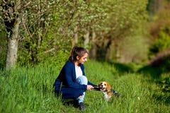 Mädchen, das mit einem Hund im Park spielt lizenzfreie stockfotos