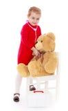 Mädchen, das mit einem Teddybären im Krankenhaus spielt Lizenzfreie Stockbilder